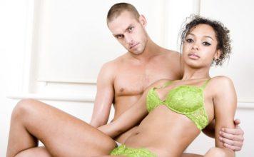couple mixte afro noir boudeur
