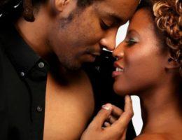 couple africain baiser embrasser